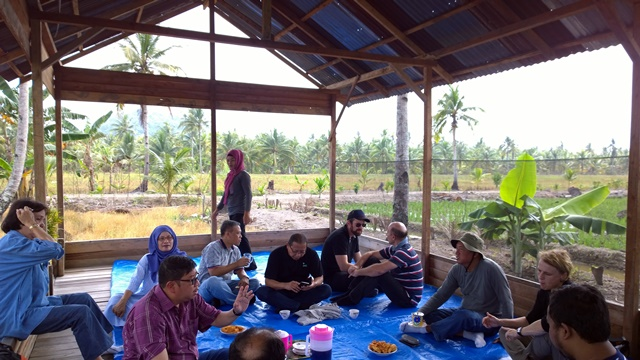 Researchers and farmers in discussion during field work in West Kalimantan. Photo: World Agroforestry Centre/Robert Finlayson